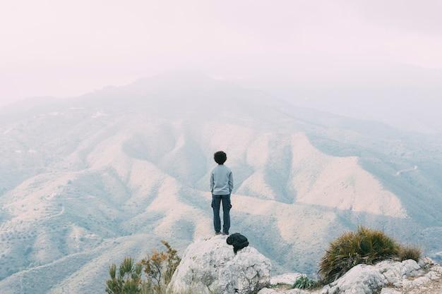 Escursionista in piedi sulla roccia