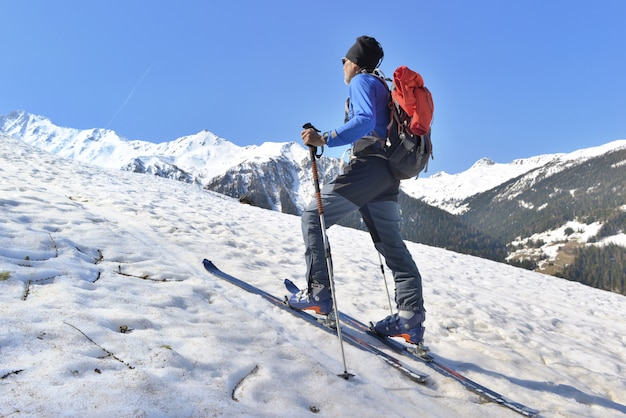Escursionista in sci alpinismo arrampicata montagna innevata