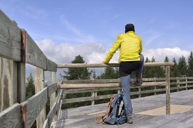 Escursionista su una terrazza