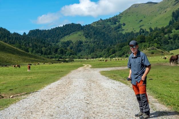Escursionista uomo che cammina nella montagna dei pirenei (plateau du benou)