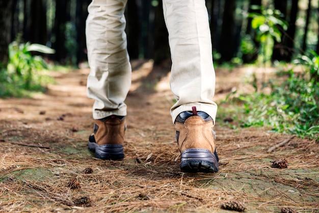 Escursionista uomo con stivali a piedi