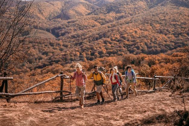 Escursionisti che scalano la collina.