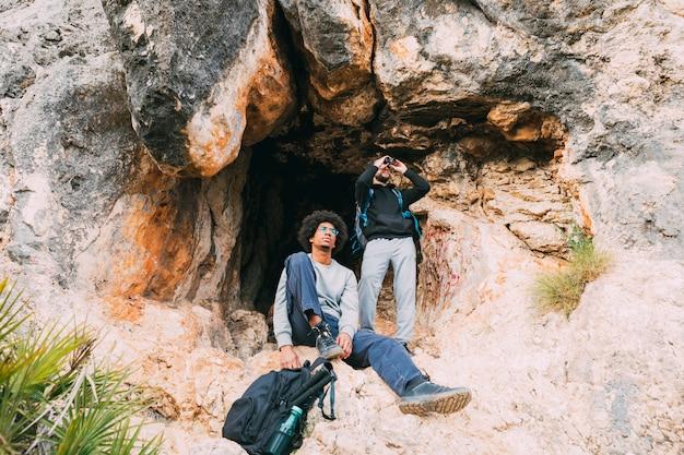 Escursionisti di fronte alla grotta