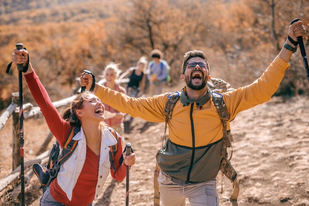 Escursionisti felici raggiungendo l'obiettivo.