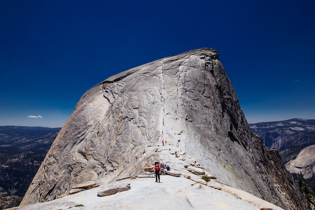 Escursionisti in piedi su half dome, stati uniti