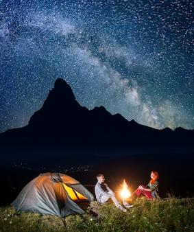 Escursionisti sotto il cielo stellato