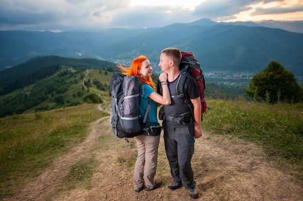 Escursionisti sta abbracciando