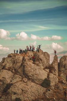 Escursionisti su una roccia