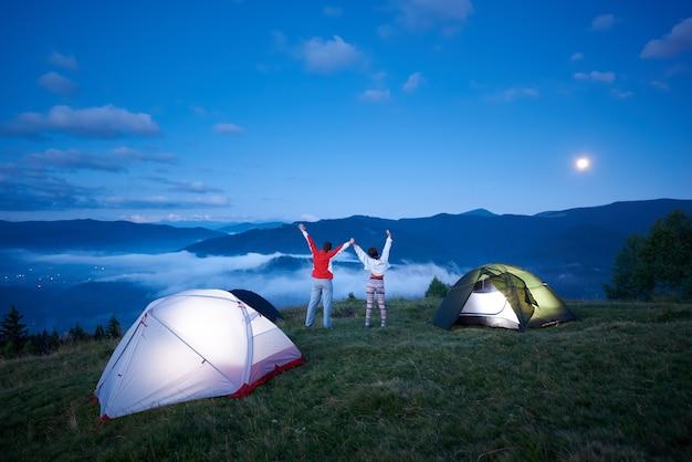 Escursionisti vicino al campeggio in montagna