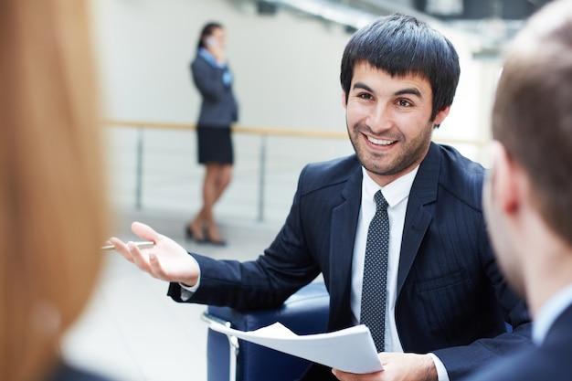 Esecutivo interagire con i colleghi