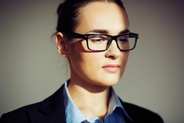 Esecutivo pensive con gli occhiali