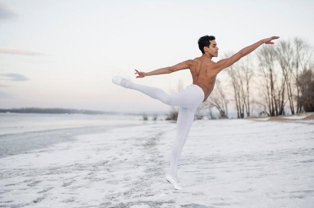 Esecuzione di ballerino maschio