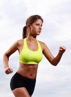Esecuzione di ragazza fitness