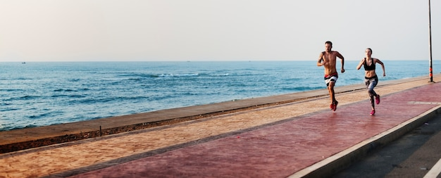 Esegui il concetto della natura di sprint della costa di sport della spiaggia di esercizio
