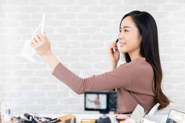Esercitazione asiatica di trucco della registrazione del vlogger di bellezza della donna per le clip virali