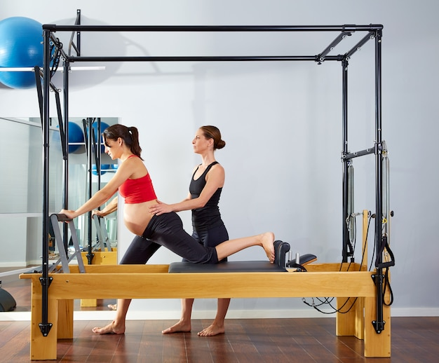 Esercitazione della cadillac del riformatore dei pilates della donna incinta