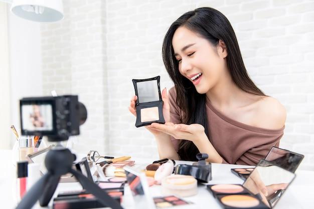 Esercitazione professionale di trucco della registrazione di registrazione del vlogger di bellezza della donna asiatica bella