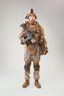 Esercito degli stati uniti marines ranger con fucile d'assalto