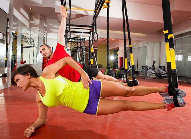 Esercizi di allenamento fitness trx in palestra donna e uomo