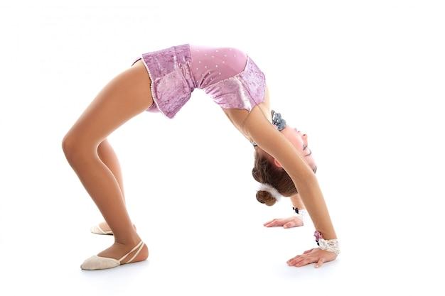 Esercizi di ginnastica ritmica della ragazza del bambino su bianco