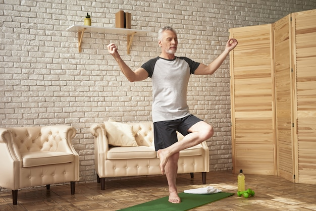 Esercizi di yoga dell'uomo senior wellness healthcare.
