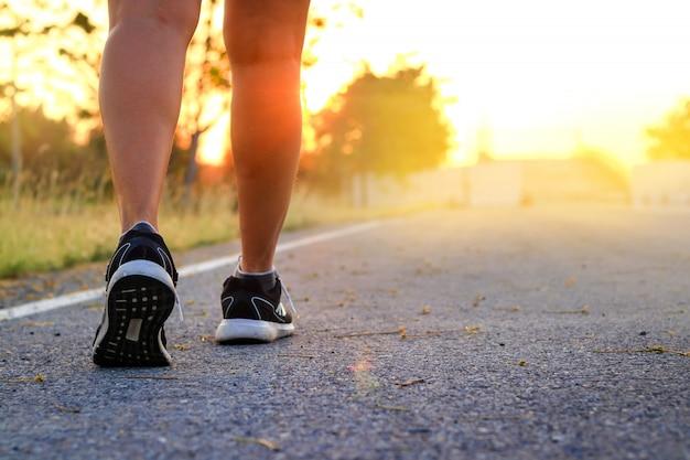 Esercizio a piedi la sera, vedendo la luce arancione del sole aria fresca
