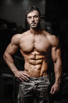 Esercizio atletico dei muscoli di allenamento dell'uomo del culturista