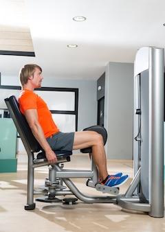 Esercizio biondo dell'abduzione dell'anca alla chiusura della palestra