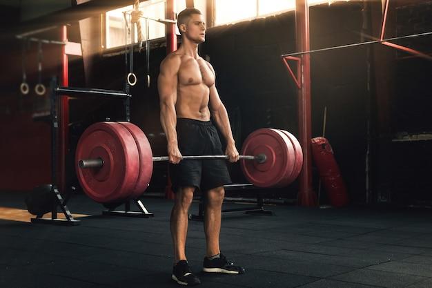 Esercizio deadlift. uomo durante il suo allenamento in palestra