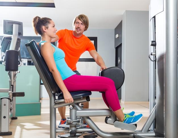 Esercizio della donna di abduzione dell'anca alla chiusura della palestra