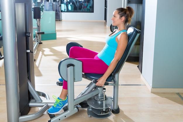 Esercizio della donna di abduzione dell'anca alla palestra dell'interno