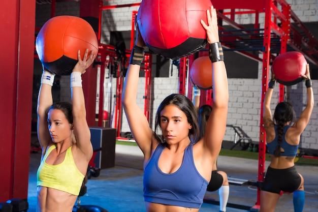 Esercizio di allenamento della palla ponderata delle donne di ginnastica