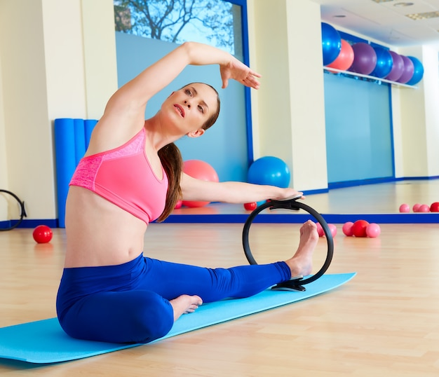 Esercizio di anello magico di allungamento laterale della donna di pilates