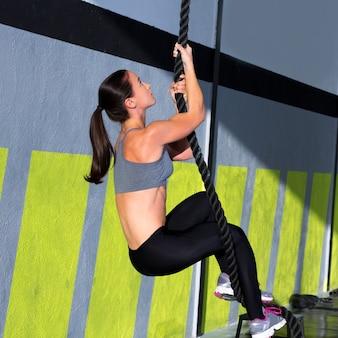 Esercizio di arrampicata corda crossfit in palestra