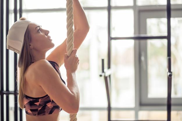 Esercizio di arrampicata su corda fitness in allenamento palestra fitness