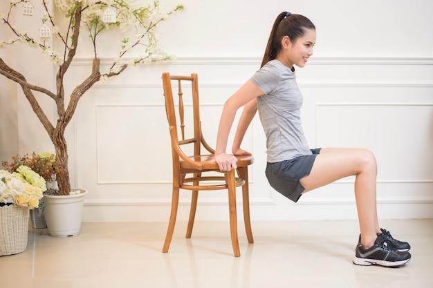 Esercizio di fitness donna in casa