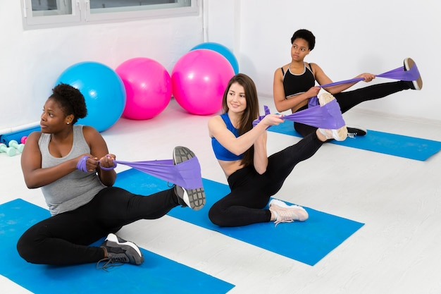 Esercizio di flessibilità a lezione di fitness