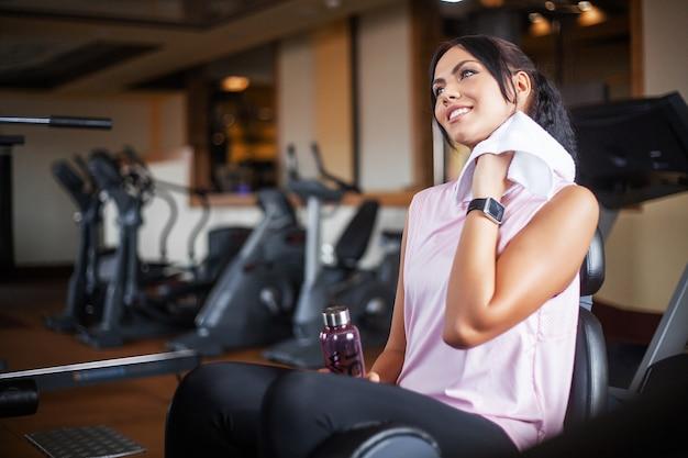 Esercizio di gambe facendo allenamento cardio sulla bici da ciclismo