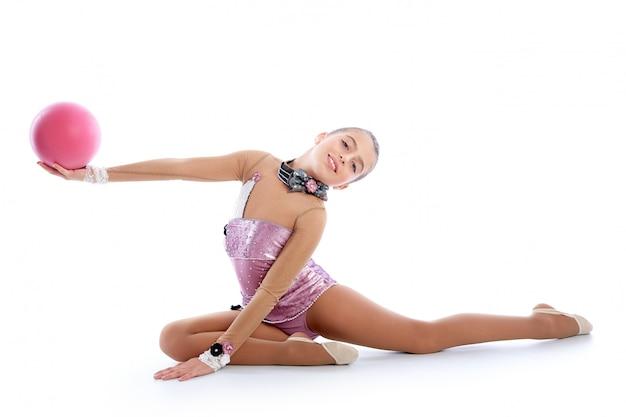 Esercizio di ginnastica ritmica della palla della ragazza del bambino su bianco