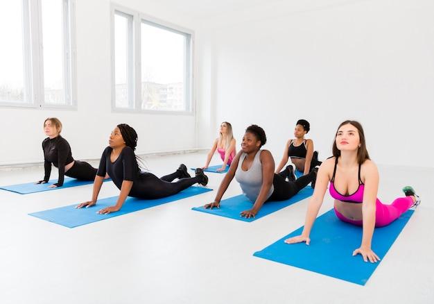 Esercizio di stretching a lezione di fitness