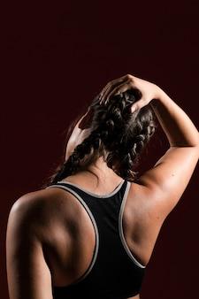 Esercizio di testa in sfondo scuro da dietro tiro