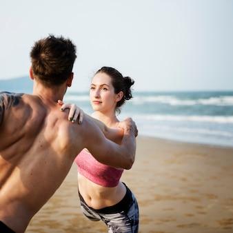 Esercizio di yoga che allunga concetto di estate di concentrazione di meditazione