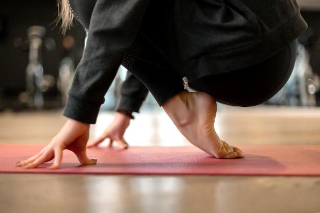 Esercizio di yoga della donna adatta dei giovani in palestra. concetto di stile di vita in forma e benessere