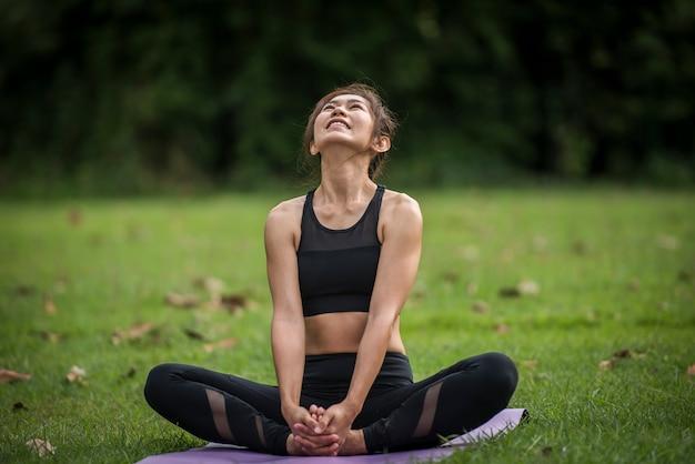 Esercizio di yoga in salute nel parco