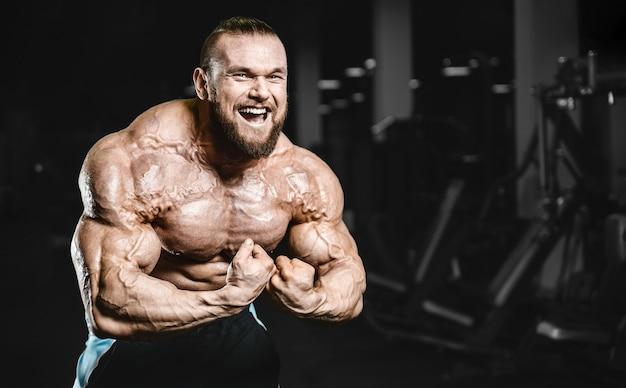 Esercizio muscolare dei muscoli di allenamento dell'uomo del culturista