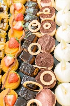Esibizione con una varietà di dolci, dessert e cioccolatini
