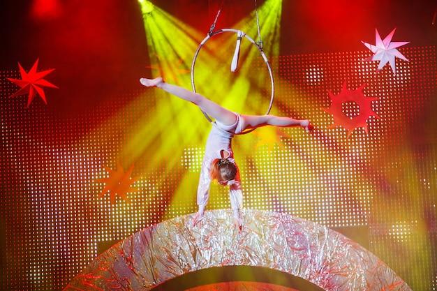 Esibizioni di ginnasta aerea nel circo.