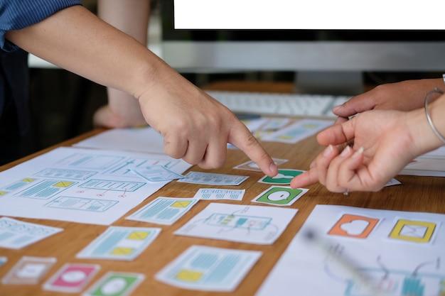 Esperienza utente ux designer che progetta web sul layout di uno smartphone.