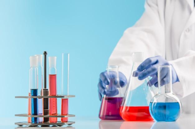 Esperimenti in un laboratorio di chimica. condurre un esperimento in laboratorio.