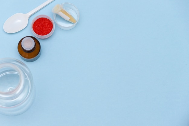 Esperimenti scientifici, tavolo da laboratorio di chimica con reagenti chimici